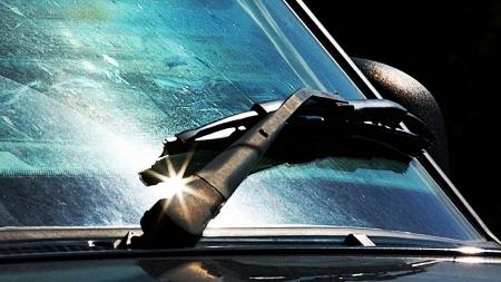 Как ухаживать за щетками стеклоочистителя автомобиля